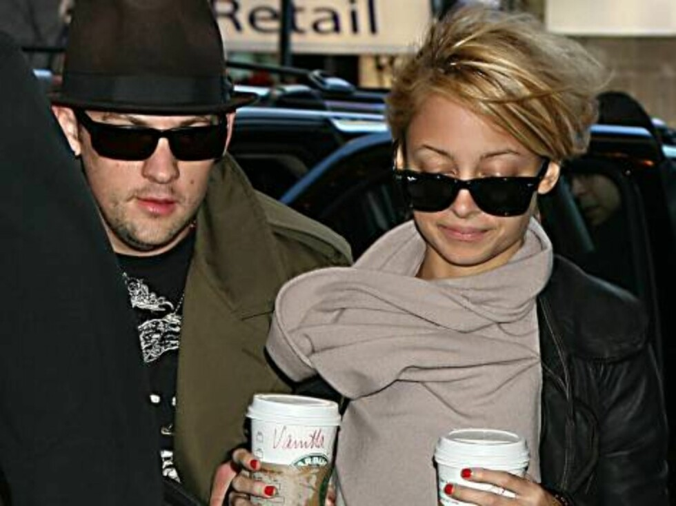 A suddenly media shy Nicole Richie can't get enough Starbucks coffee as she accompanies boyfriend Joel Madden and brother Benji to MTV's TRL.  Pictured: Joel Madden and Nicole Richie   Picture by: Jennifer Mitchell and Colin Drummond   Ref: M Foto: All Over Press