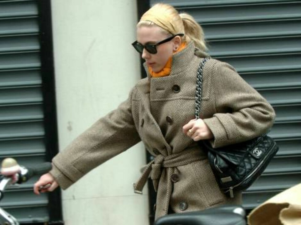Scarlett Johansson is seen out in public after she was romantically linked to Justin Timberlake in several news reports. The actress left her New York apartment and went to the L'Oreal office in the city's midtown area alone.      Picture by: Jason Win Foto: All Over Press