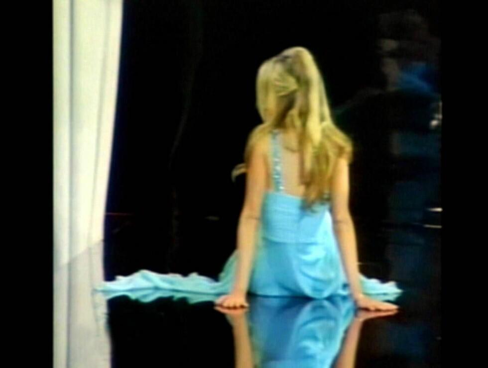 PÅ RUMPA: Carmen tittet flaut rundt seg, etter å ha gått i bakken. Foto: All Over Press