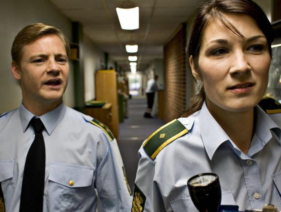 """PÅ TV: Paw Henriksen sammen med Charlotte Munch fra krimserien """"Anna Pihl"""". Foto: TV 2"""