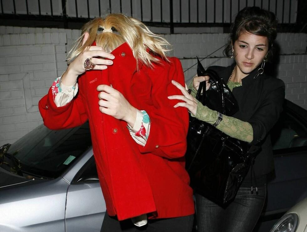 KVISER?: Røde hunder? Solbrent? Tannregulering? Hva har Scarlett under kåpen? Stem nedenfor! Foto: All Over Press