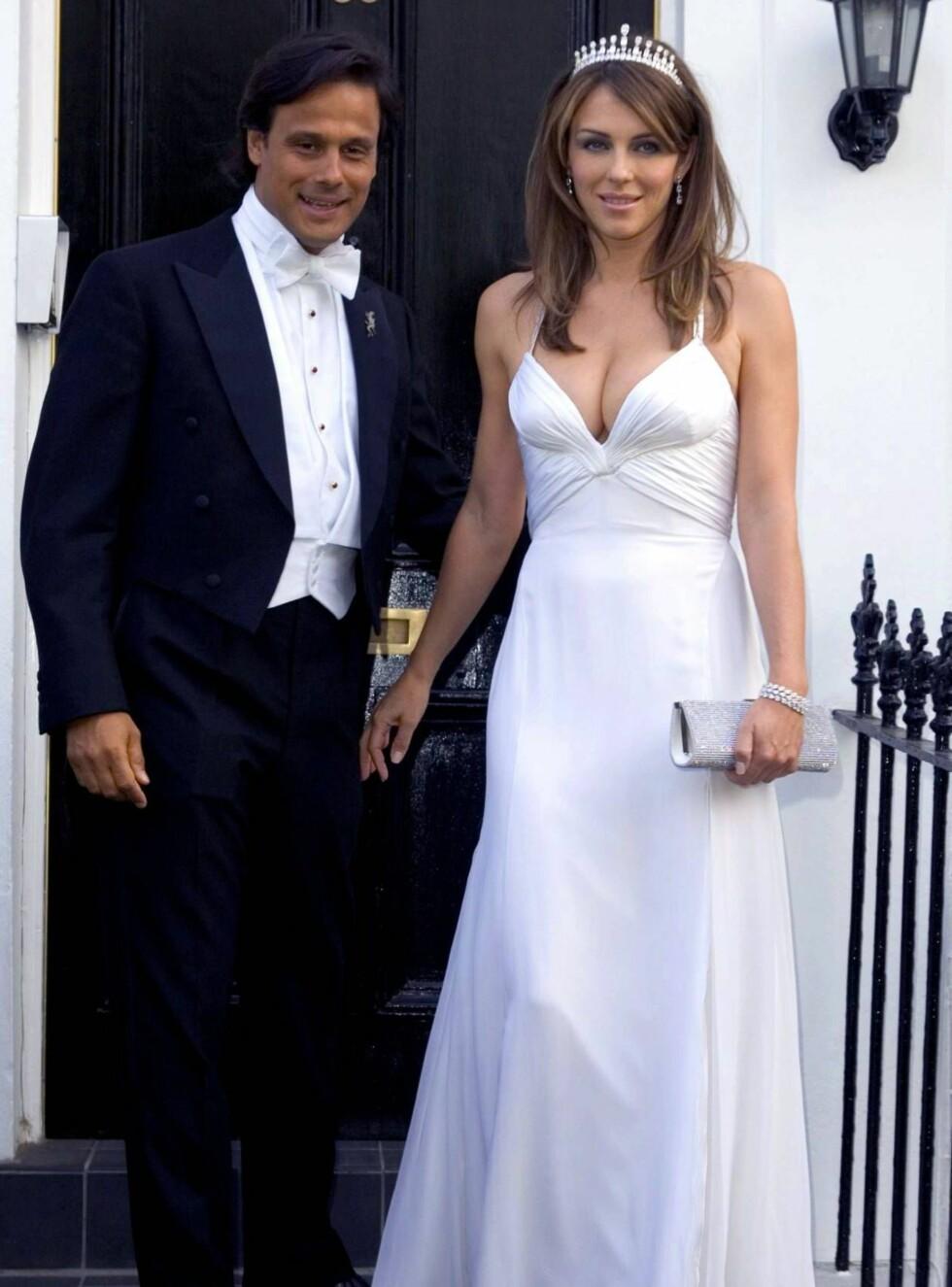 LYKKELIG GIFT: Bryllupet mellom Elizabeth Hurley og Arun Nayar i England gikk knirkefritt for seg, men sermoni nummer to har bydd på flere problemer. Foto: All Over Press