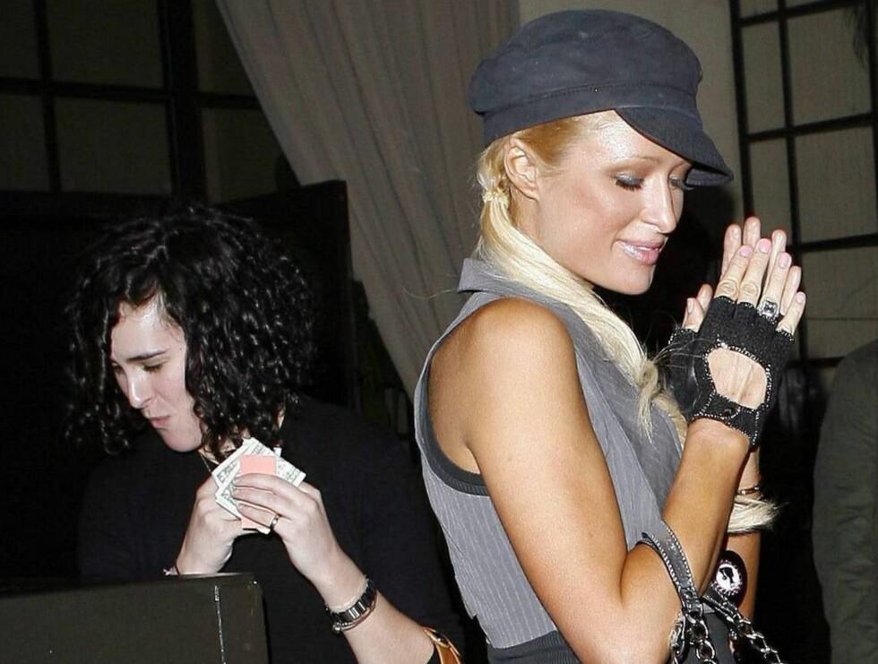 BLIR DU MED UT? Den festglade hotellarvingen Paris Hilton har funnet seg en ny festvenninne i Bruce Willis' 19-år gamle datter Rumer. Foto: All Over Press