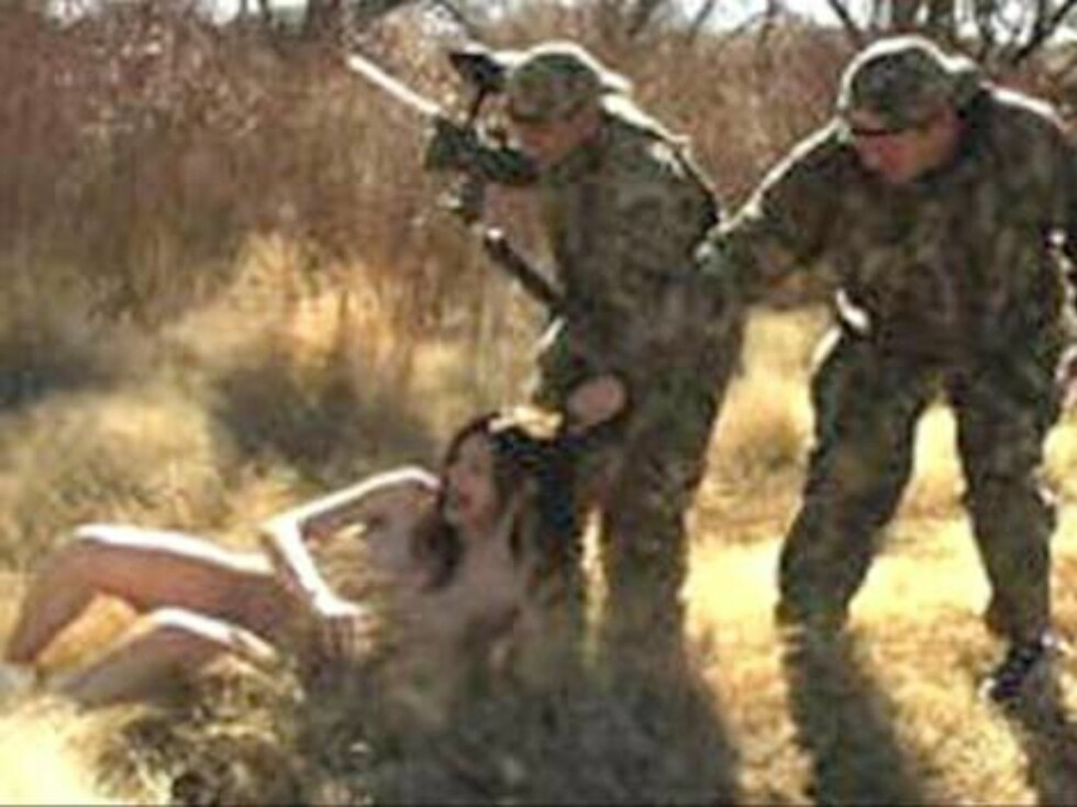 Las Vegas-NV-USA, July 2003. If you like hunting and you have at least $10,000.00 in your wallet, you have a chance to spend a day hunting naked women. The men track down the nude females (they only wear sneakers...) across the desert outside Las Vegas an Foto: Stella Pictures