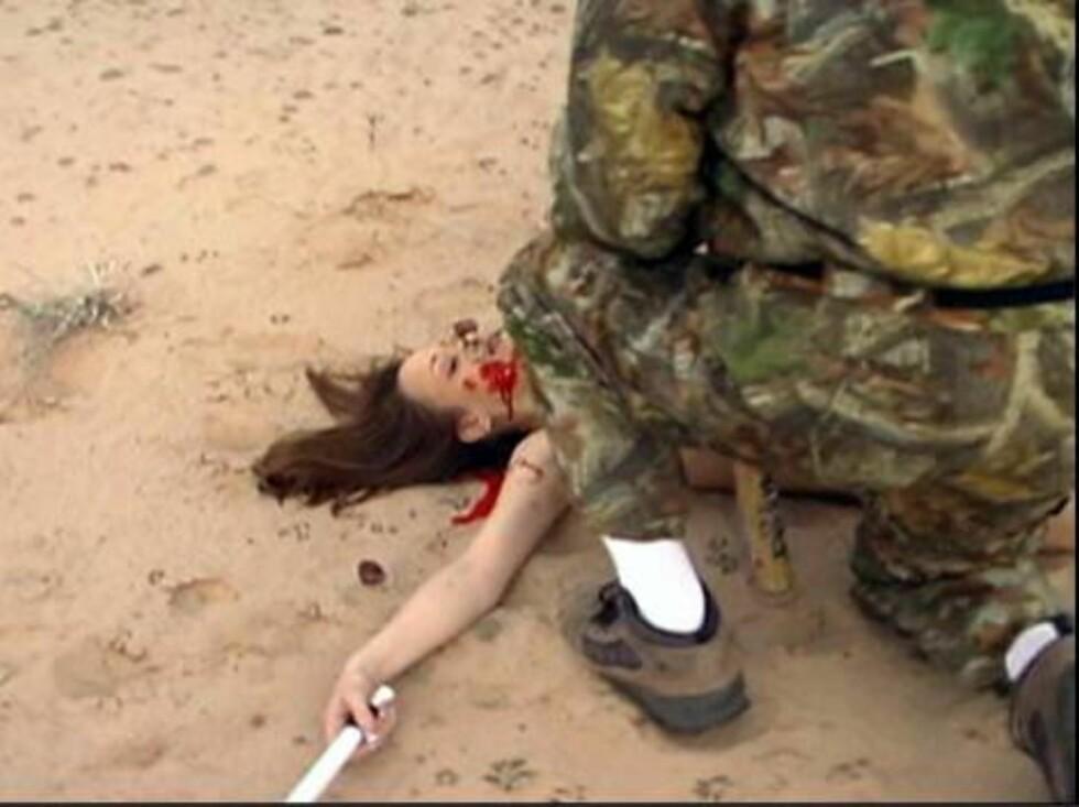 GROTESKE SCENER: Rødmalingen som blir brukt, ser nesten ut som blod. Sjokkvideoen har fått mange til å reagere. Foto: Stella Pictures