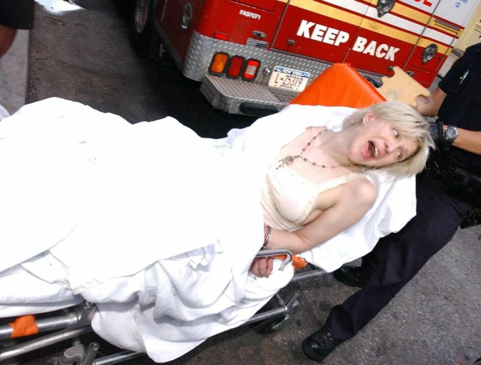 HYL: Rockeren Courtney Love gikk i mange år aldri av veien for litt heroin i årene. I 2004 tryglet hun en hel verden om hjelp i magasinet Rolling Stone. Her blir hun nok en gang innlagt på sykehus - på 40-årsdagen! Foto: All Over Press