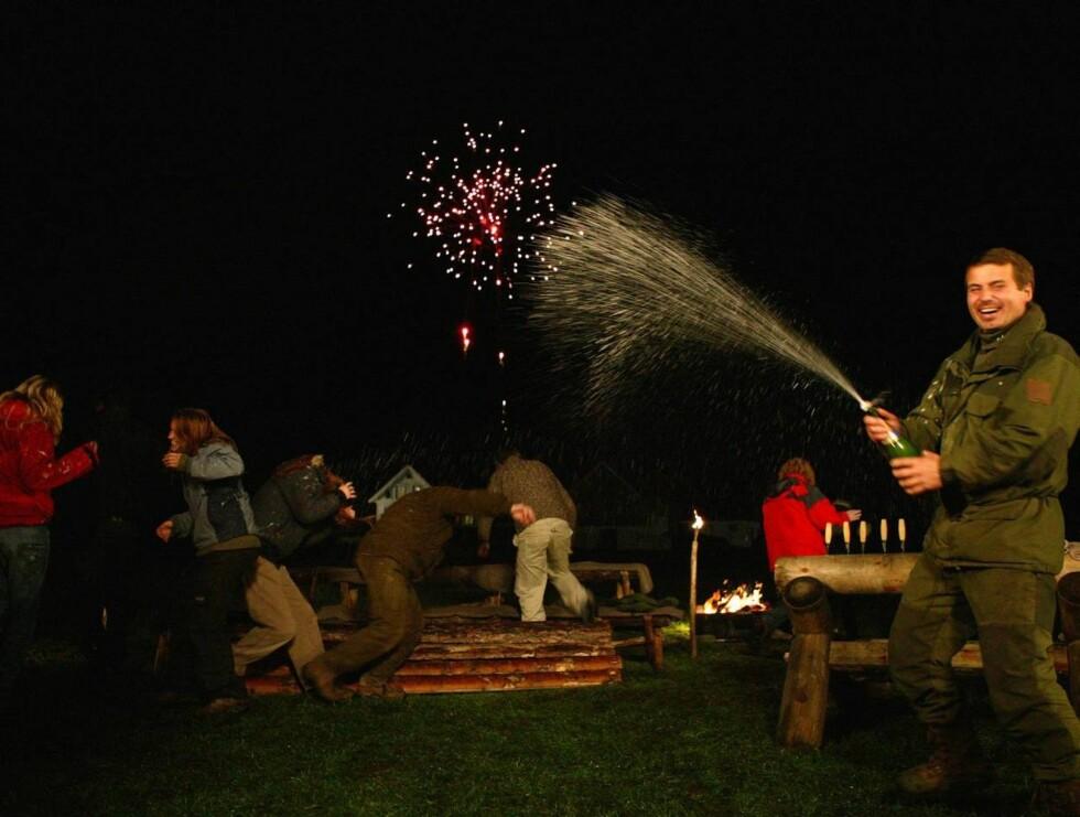 FIREBARNSFAR FARMENVINNER: Mikkel kunne slippe champagnen løs etter at han halte seieren i land. Foto: Ny-Hellesund