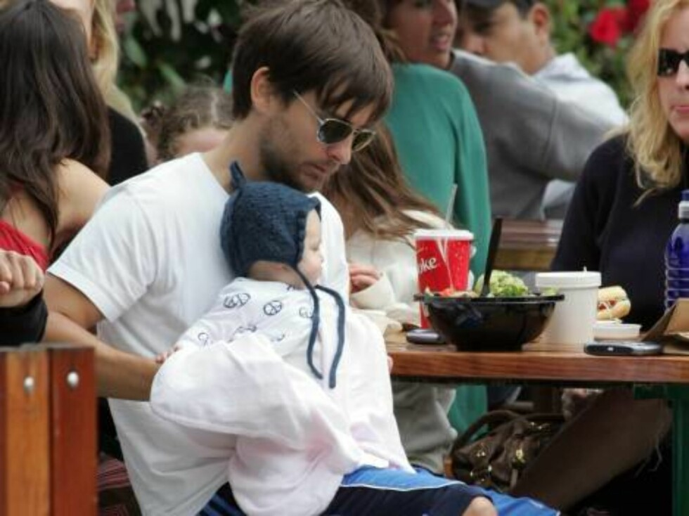 Spider Man Star, Tobey Maguire and his fiancé Jennifer Meyer take their five month old daughter Ruby to Malibu, CA on Saturday afternoon for a day of fun in the sun.  The happy family went clothes shopping for their daughter at 98% Angel before having sa Foto: All Over Press