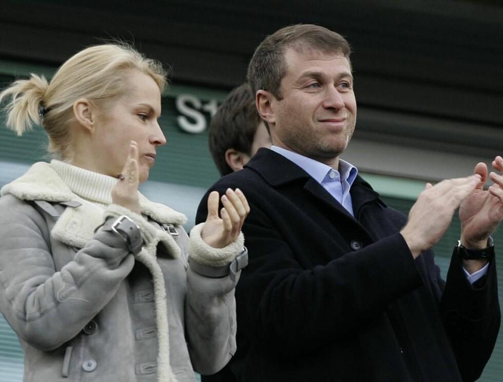 RUSSISK ROULETTE: Roman Abramovitsj spilte nok kortene sine riktig da han reiste til Russland for å skille seg med kona. Chelsea-eieren kan ha sluppet unna med milliarder! Her er han med kona Irina på en av Chelseas Premier League kamper. Foto: AP