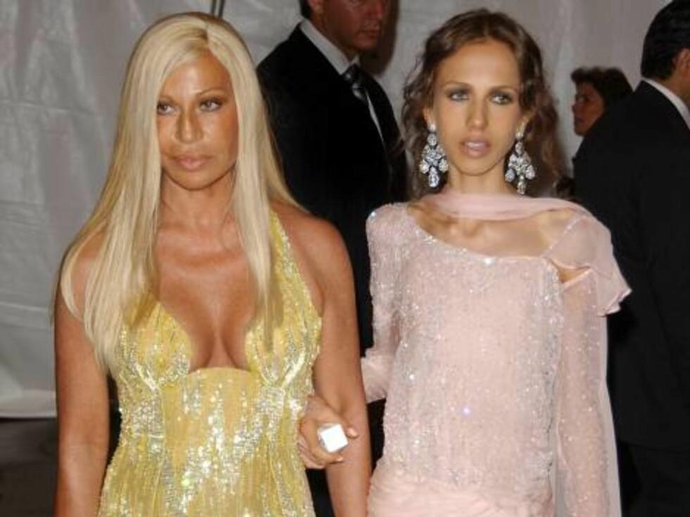 MOTEFARGE?: Donatella Versaces hudfarge er akkurat som klærne hennes - glorete. Datteren Allegra (t.h.) må se en annen vei... Foto: All Over Press