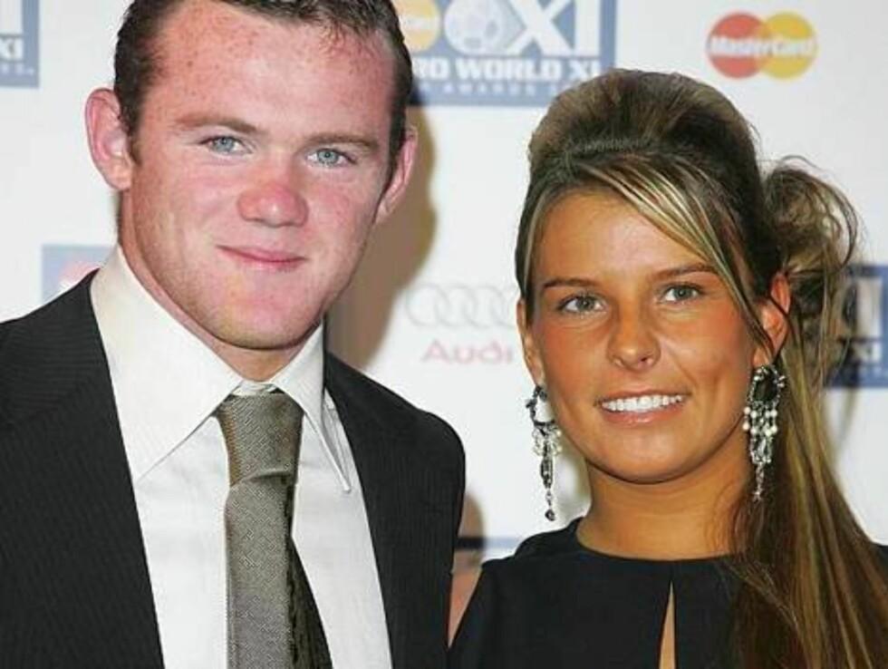 ROSA PÅ BALL: Wayne Rooneys lyserøde ansiktsfarge krasjer fullstendig med kjæresten Coleens mandarinlook.