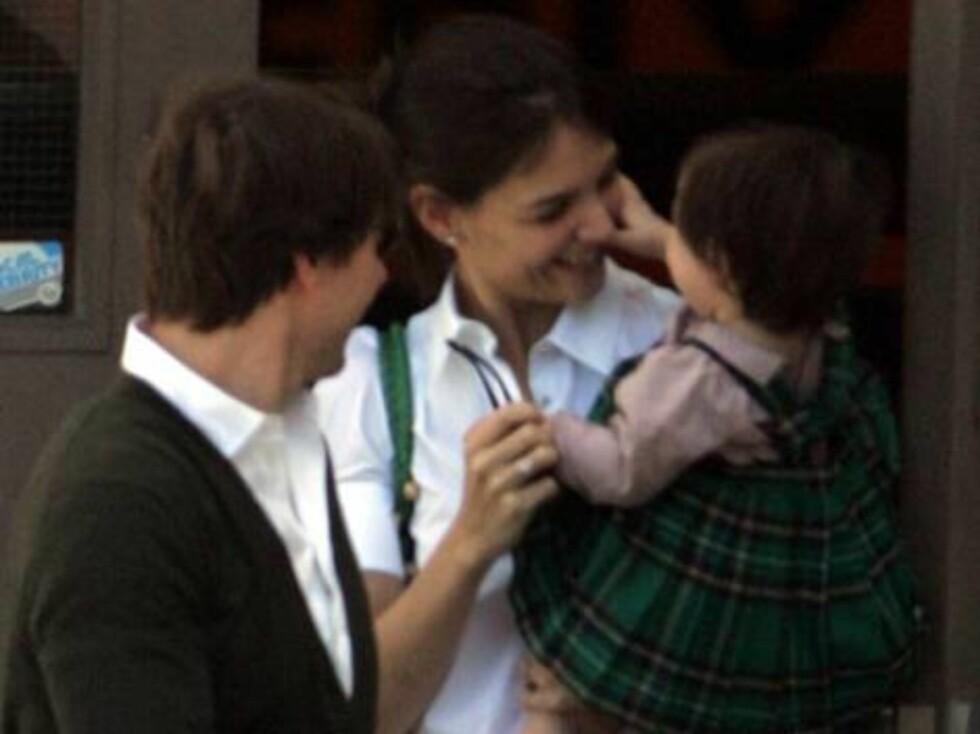 Det er ingen tvil om at Tom og Katie er glade i jenta si. Foto: All Over Press