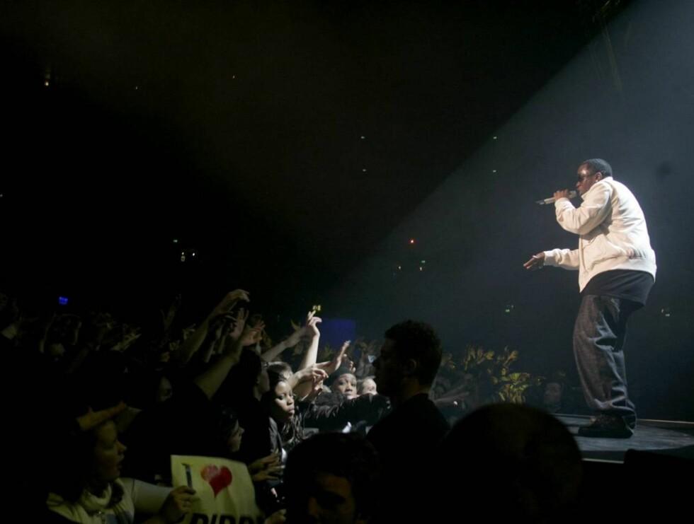 SHOW: P. Diddy og Snoop underholdt et fullspekket Oslo Spektrum timer før de gedigne festene tok av. Foto: SCANPIX