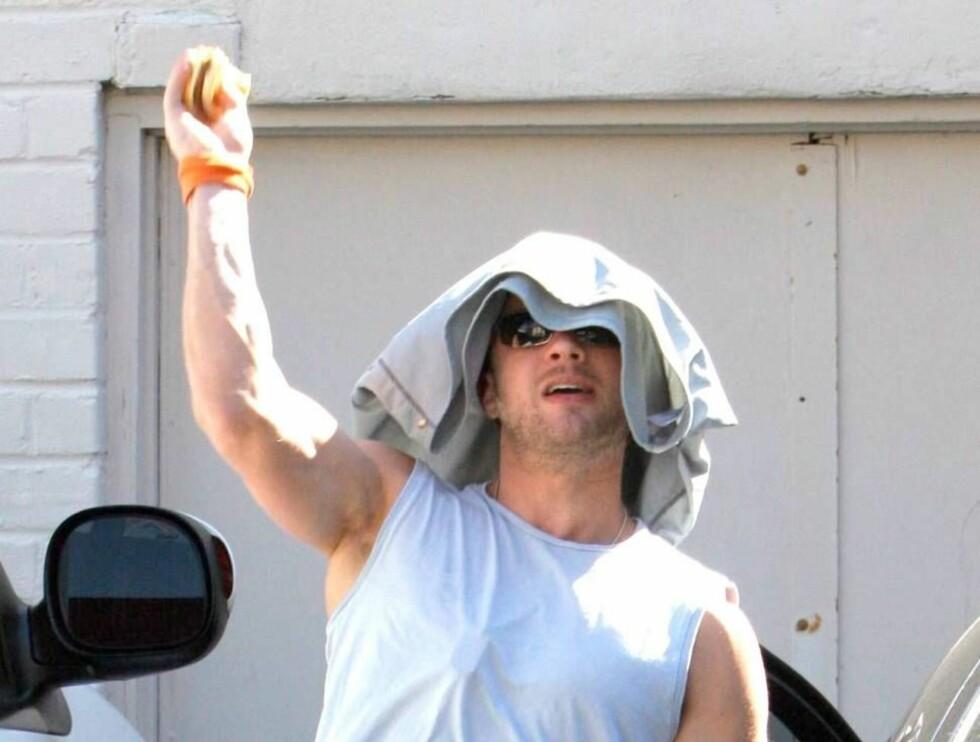 FYRTE LØS: Ryan Phillippe  pepret løs mot fotografene med hamburgere. Foto: All Over Press