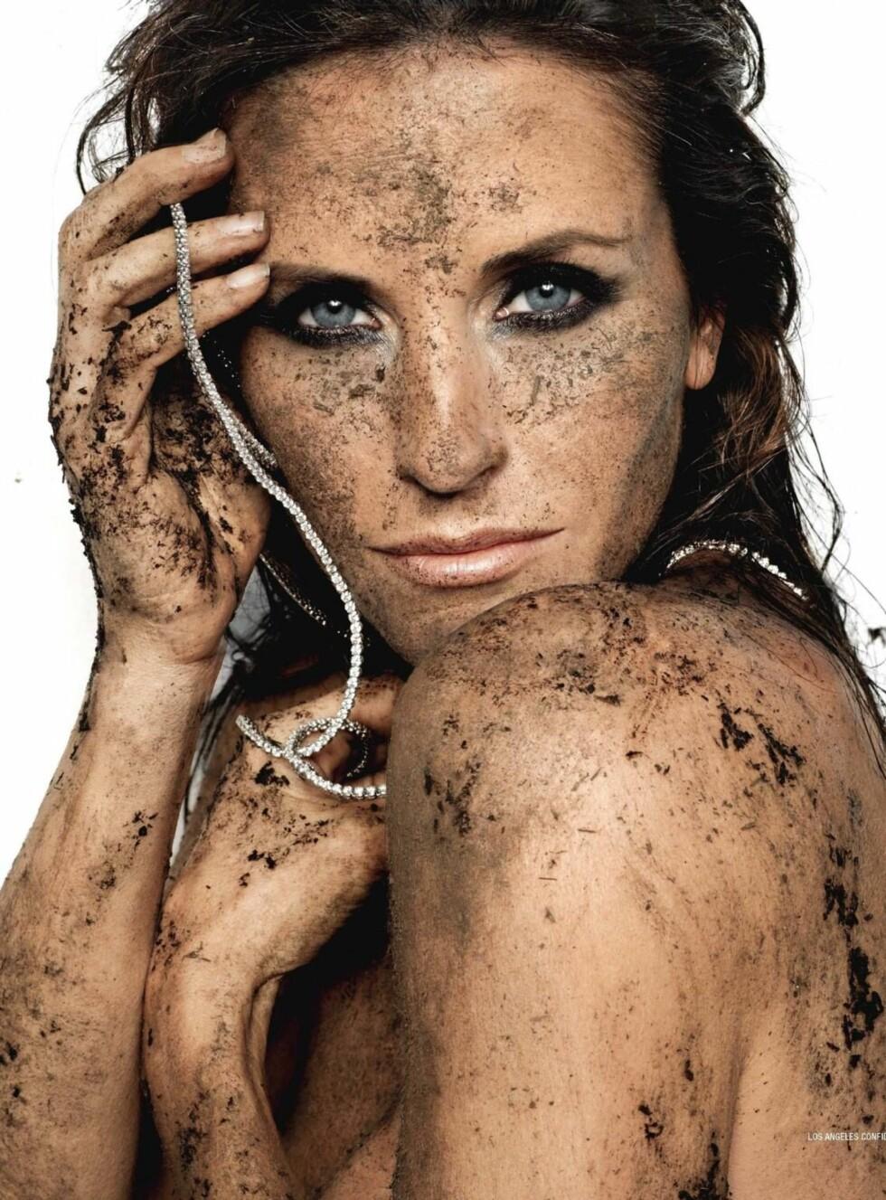 AVKLEDD: Courteney er ikke naken - hun har på seg jord! Foto: WENN