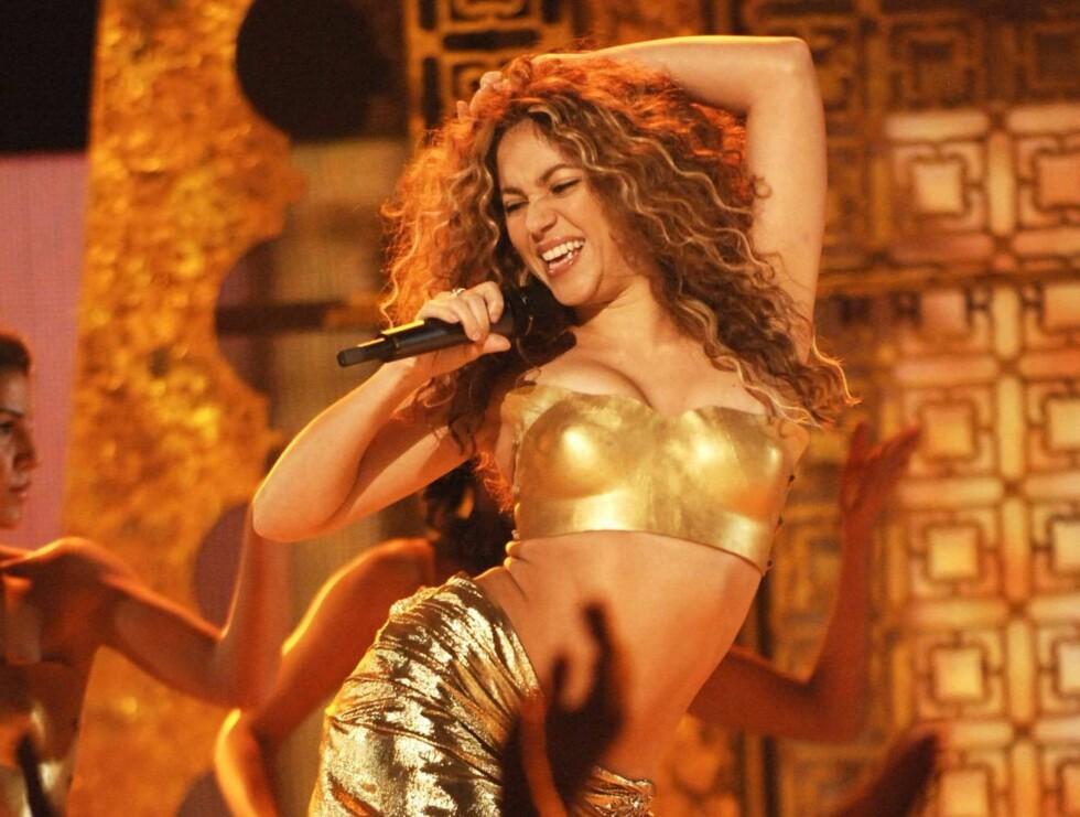 HOFTEVRIKK: Shakira fyrer løs med et fargerikt show i Oslo spektrum i kveld. Her fra Grammy Awards forrige måned. Foto: All Over Press