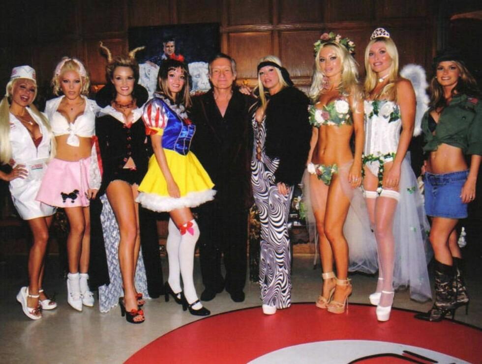 JENTEFUT: Hugh Hefner er alltid omgitt av vakre jenter. I grotten sin var han omgitt av 11 nakne ... Foto: Stella Pictures