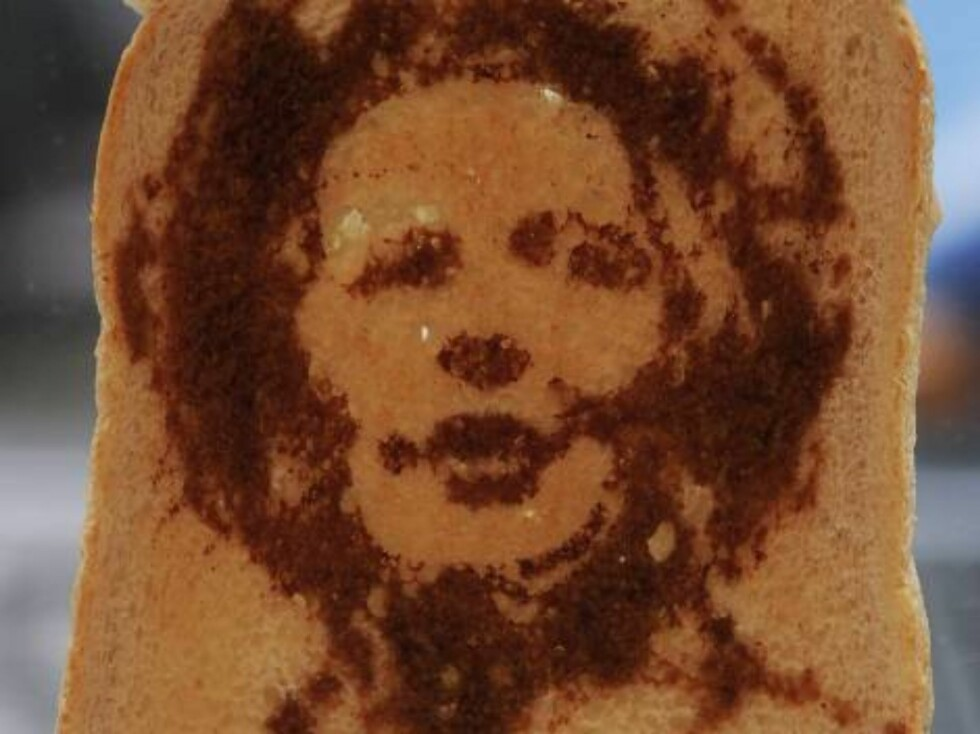 LONDON - OCTOBER 23:  A piece of toast with a portrait of former British prime minister Margaret Thatcher sits on display during the Marmart exhibition at the Air Gallery on October 23, 2006 in London, England. Artist Dermot Flynn has produced a series of Foto: All Over Press