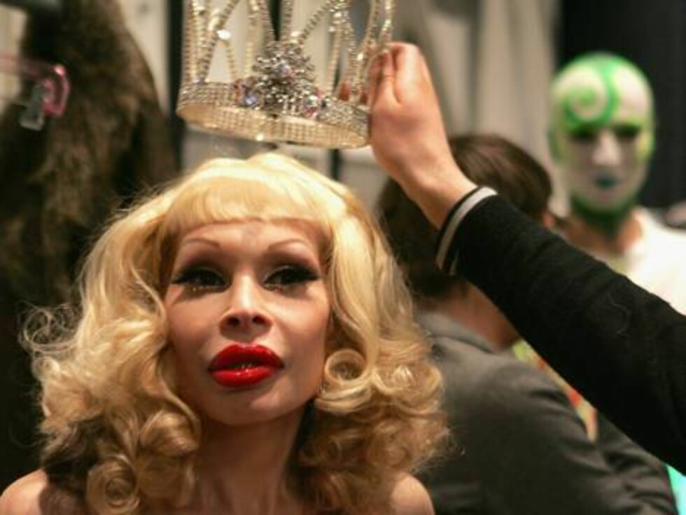 NEW YORK - FEBRUARY 06:  Amanda Lepore prepares backstage at the Heatherette Fall 2007 fashion show in the Tent during Mercedes-Benz Fashion Week at Bryant Park February 6, 2007 in New York City.  (Photo by Bryan Bedder/Getty Images for IMG)72986560VA025_ Foto: All Over Press
