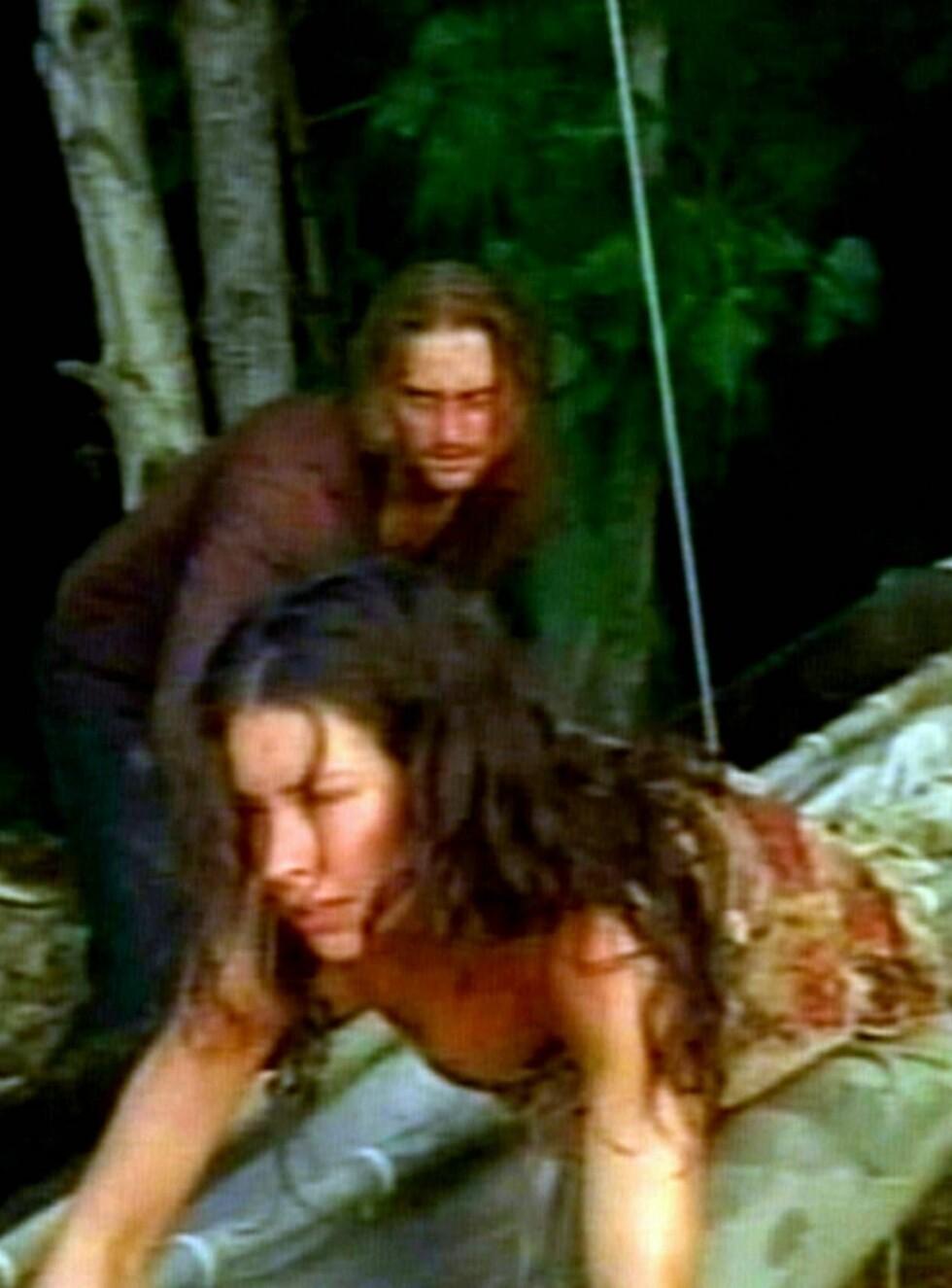 RØMMER: Kate og Sawyer klarte å komme seg i kanoen, men spørsmålet er om Kate klarer å holde seg unna Jack?! Foto: All Over Press
