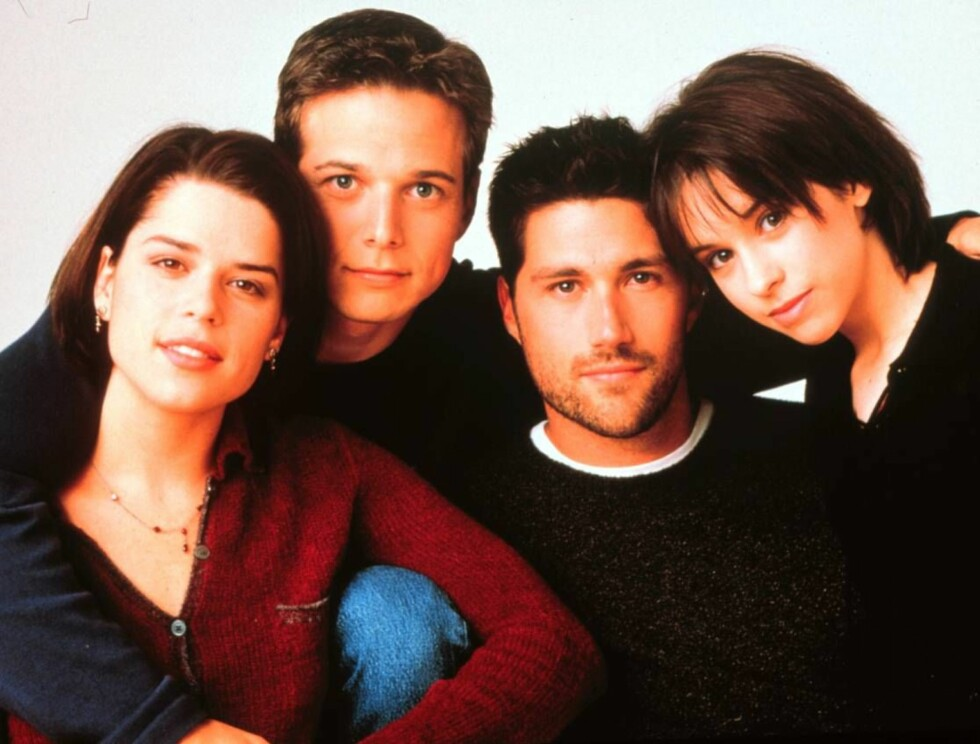 "PARTY-JENTE: Jennifer spiller kjæresten til ""Bailey"" (Scott Wolf) i TV serien ""Party of five"". Fra venstre: Neve Campbell, Scott Wolf, Matthew Fox og Lacey Chabert. Foto: TV 2"