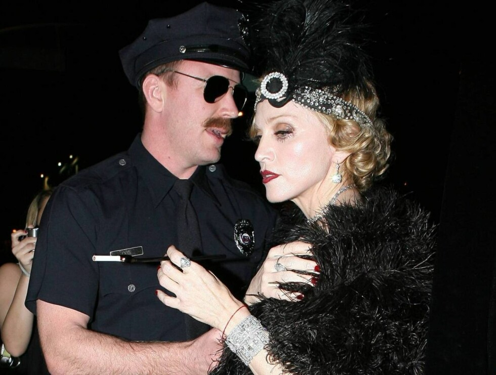 LAGT I JERN: Guy Richie gjennomførte rollen som politimann hele kvelden Foto: All Over Press