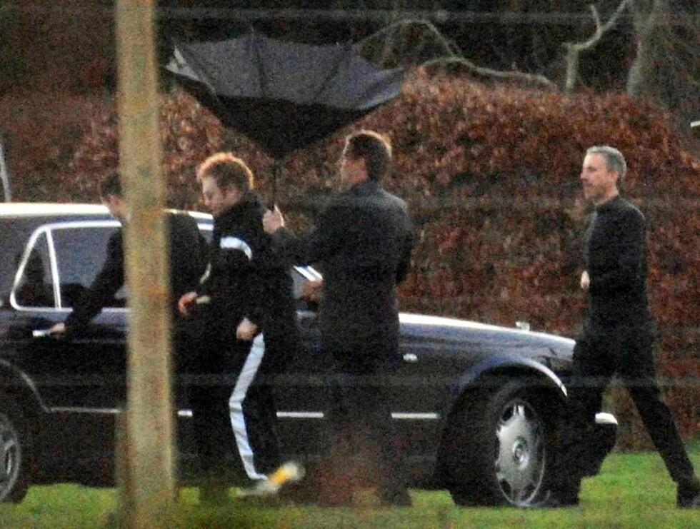 ANKOM I JOGGEBUKSE: Elton John la inn en langspurt da han kom til festlokalet i engelsk ruskevær. Foto: AP