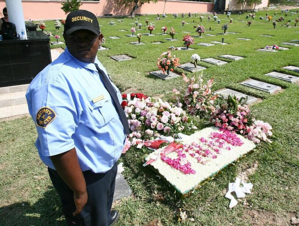 ROSA: Anna Nicoles grav er dekket med røde og rosa roser gitt av familie og venner.  Foto: All Over Press