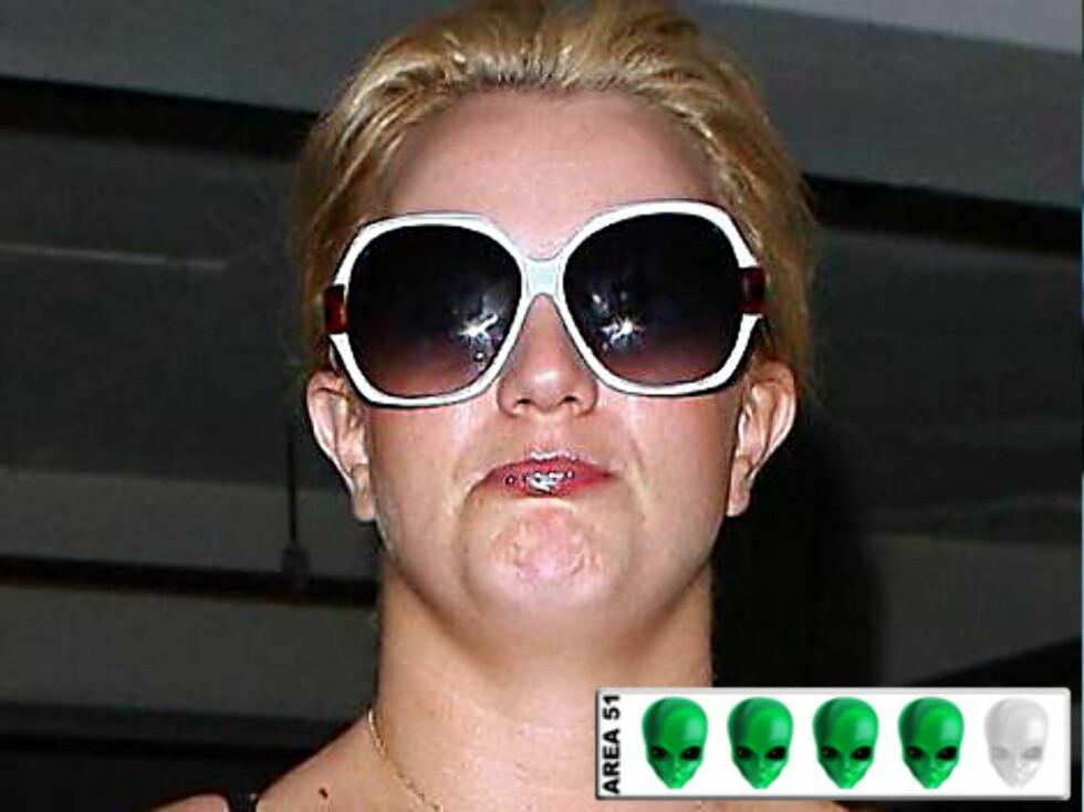 ROMVESEN?: Med solbriller kan sikkert til tider beholde anonymiteten, men Britney Spears ser unektelig skremmende ut med dette fjeset.