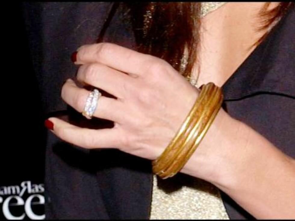 ... Og viste frem den skremmende dyre ringen sin! Foto: Stella Pictures