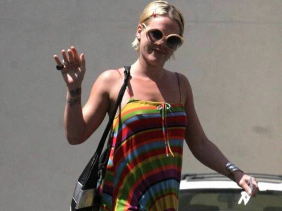 Code: X17XX8 - DeShawn, Beverly Hills, USA, 19.04.2005: Pink waves hi to the camera while running errands in Beverly Hills.  The pop store wore a colorful dress over her jeans with high wedge sandals.  But her most interested accessory was probably the ni Foto: All Over Press