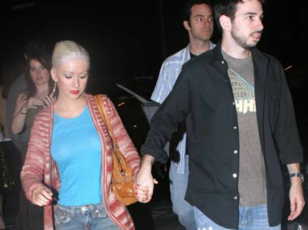 Christina Aguilera shows that she likes piercing as her nipple ring is visible under her shirt.Christina and fianceJordan were eating at an italian eaterie. September 12, 2005 X17agency EXCLUSIVE / ALL OVER PRESS Foto: All Over Press