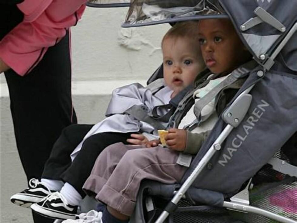 UT PÅ TUR, ALDRI SUR: Angelina Jolie og Brad Pitts døtre Shiloh og Zahara er snart blitt like medievante som sine foreldre. Foto: Splash