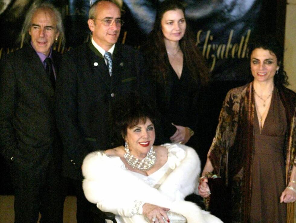 SAMLET: Elizabeth Taylor samlet familien rundt seg på den gedigne bursdagsfeiringen sin. Foto: AP/Scanpix
