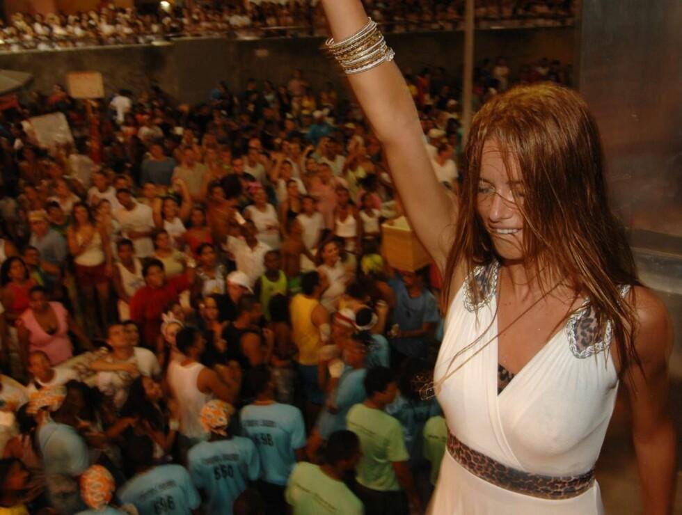 SKÅL: Det gikk hardt for seg da Adriana svingte seg på konsert.  Foto: Stella Pictures