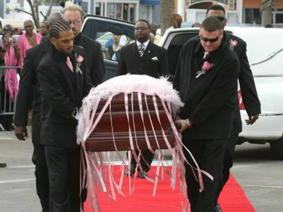 The coffin carrying the body Anna Nicole Smith arrives at the Mount Horeb Baptist Church in Nassau where the funeral for Anna Nicole took place.  Pictures by Splashnews  Ref: TAN 020307 J   Splash News and Pictures Los Angeles: Foto: All Over Press