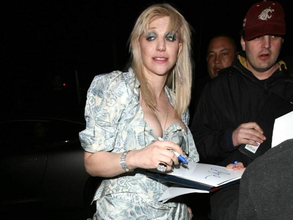 ET VRAK: Courtney Love dukket opp i en kjole som minnet mest om bestemors gamle gardiner. Det så ut som nesen var knekt, og puppene sprekkeferdige. Men hun hadde det sikkert moro. Foto: All Over Press