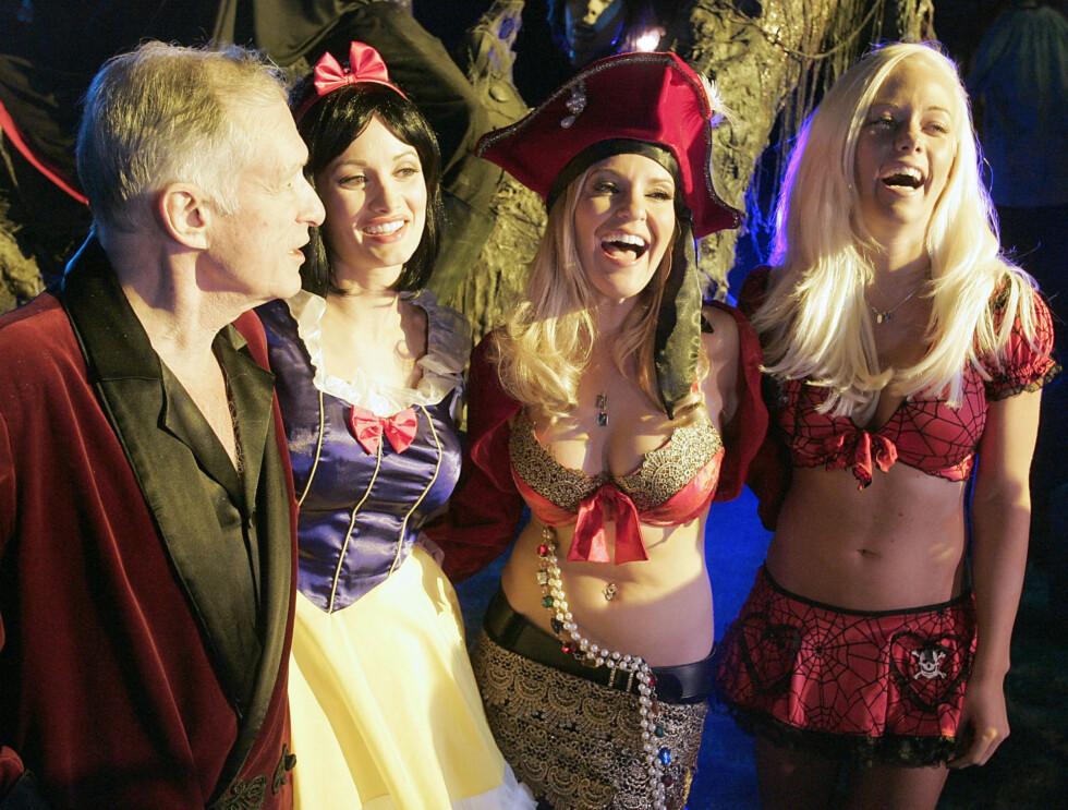 FESTER: Ingen har kulere fester enn Hugh. Her er Hefner med sine tre kjærester.  Foto: AP