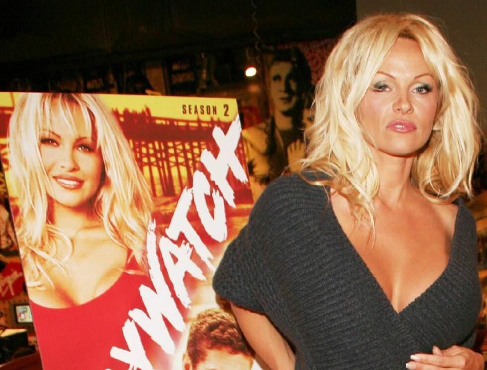 """PROFF I BADEDRAKT: Det er 15 år siden Pamela Anderson slo igjennom i """"Baywatch"""", men 39-åringen er ikke redd for å ta på seg badedrakten igjen. Foto: Reggie Collier / WENN"""