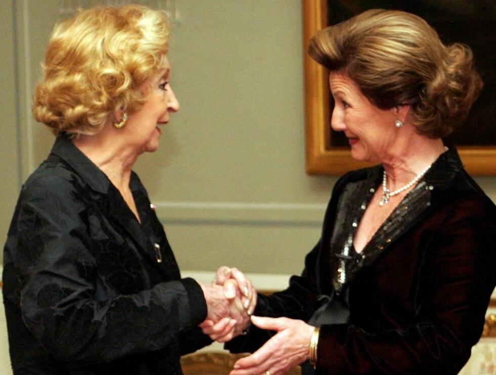 EKTE DIVA: Her er diva Wenche Foss i et hjertelig møte med Dronning Sonja. De har truffet hverandre ved flere anledninger. Foto: SCANPIX
