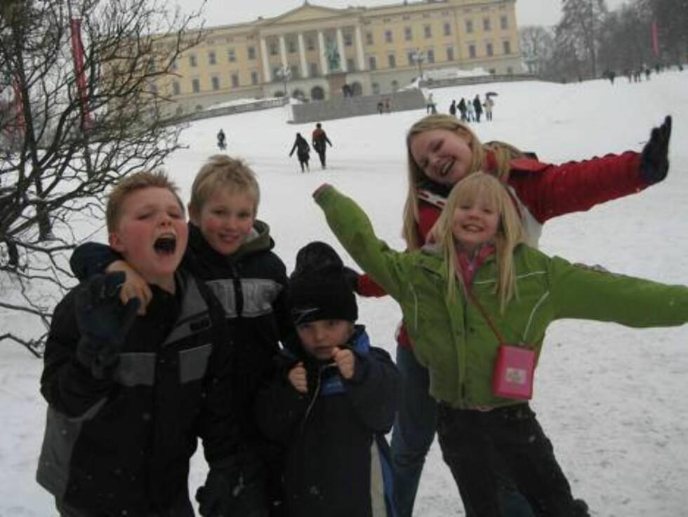 BESØKTE SLOTTET: De Norsk/Amerikanske barna Evan, Kevin, Sven Erik, Kasandra og Shevonne hadde flere forslag til bursdagsgaver. Foto: Seher.no, Sølvi Jeppesen Raast