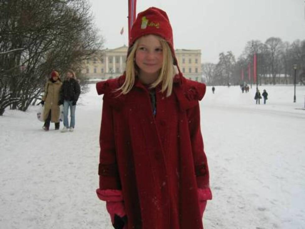 ELEGANT: Mari Follerås Myhre (7) ville gitt kongen en ny jakke. - En svart en, forklarer Mari. Foto: Seher.no, Sølvi Jeppesen Raast