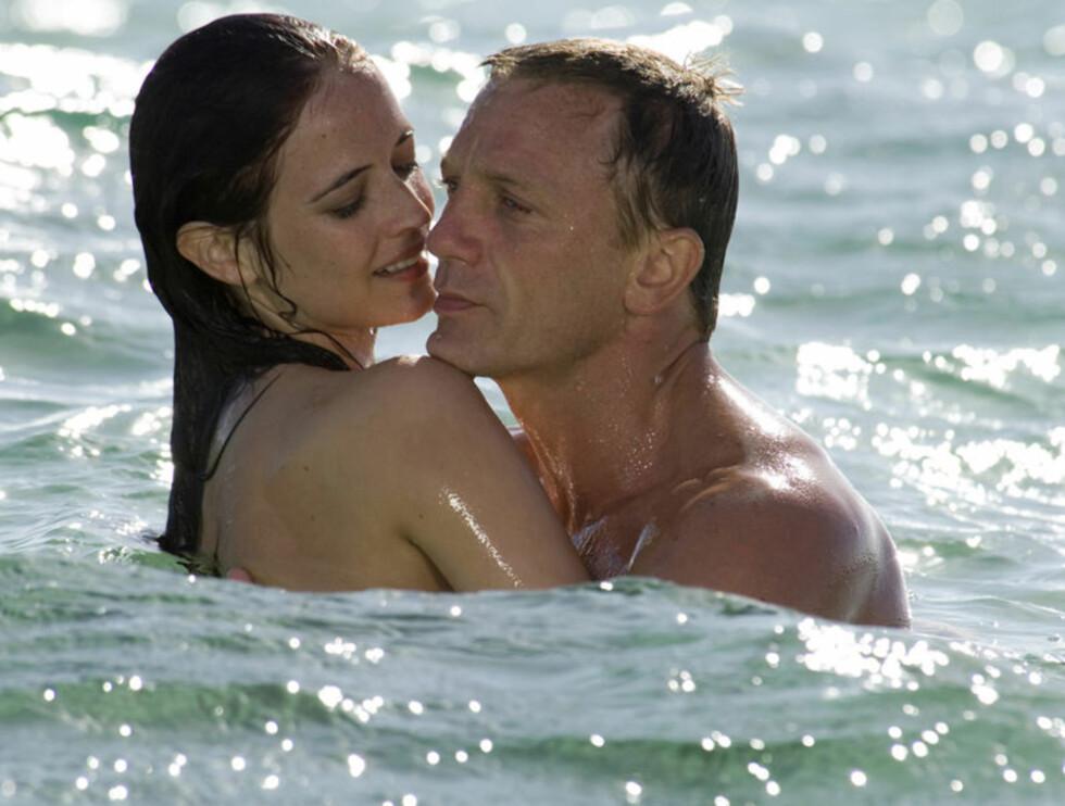 """FRA EVA TIL JANE: I """"Casino Royale"""" flørtet Daniel heftig med 26 år gamle Eva Green. Nå vil han klemme på 57 år gamle Jane Seymour. Foto: AP"""