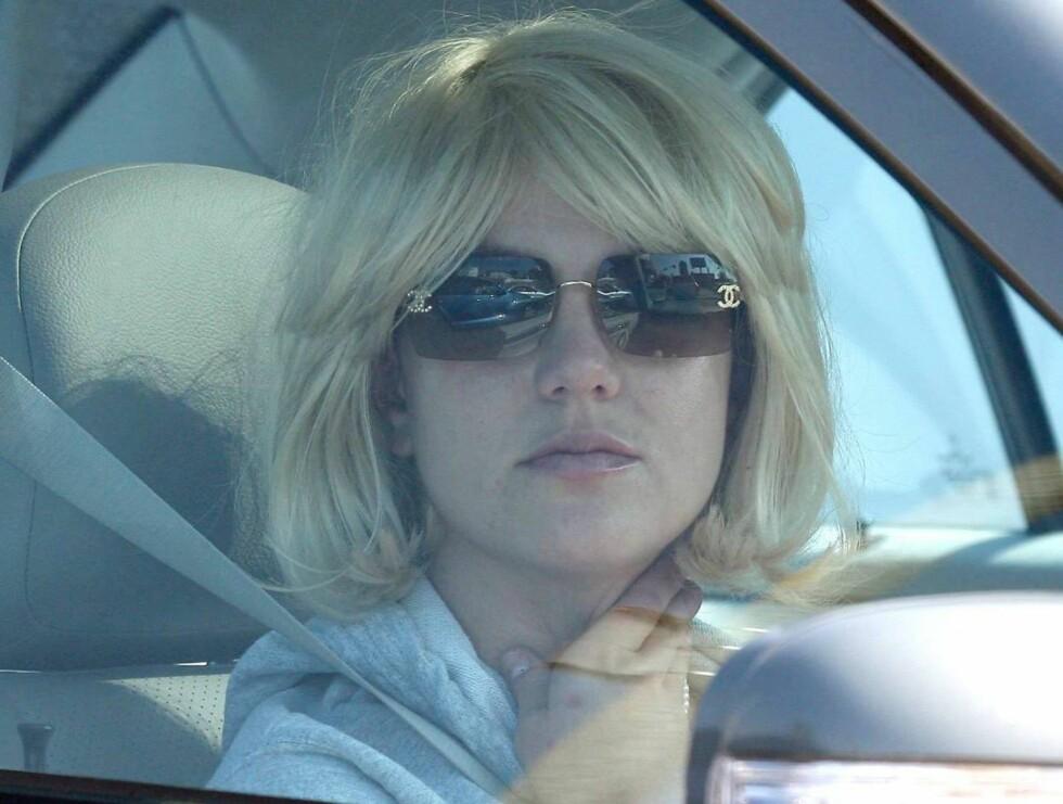 WIG!: Under denne billige parykken er Britney helt raket på hodet.. Liker du denne nye stilen? Stem nederst til høyre!  Foto: All Over Press