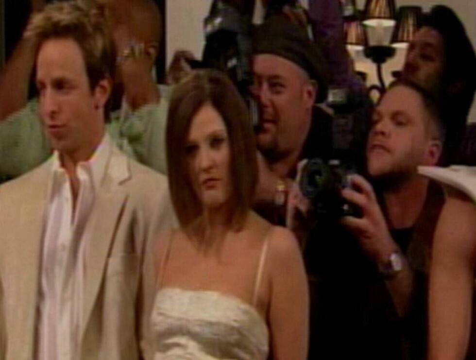 DREW GJØR VICTORIA: Drew Barrymore har øvd godt på hengegeipen til fru Beckham! Hun gjør også narr av vekten hennes. Victoria syns ikke dette var spesielt morsomt. Foto: All Over Press