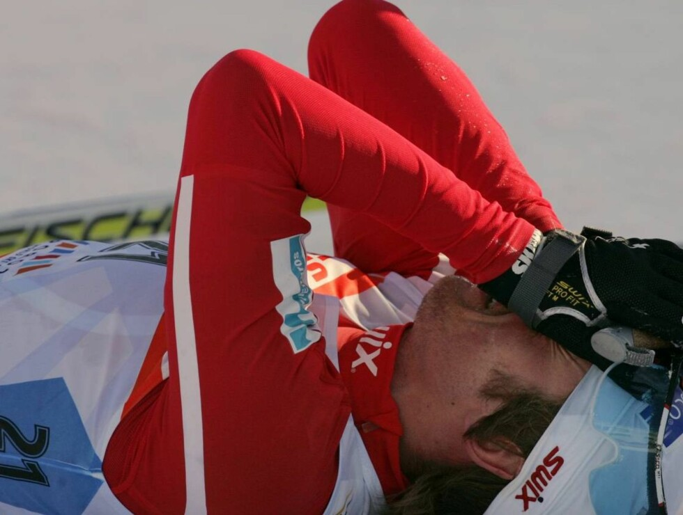 KNUST: Petter Northug var helt knust etter at han falt fra gullet noen hundre meter før mål i helgen... Foto: SCANPIX
