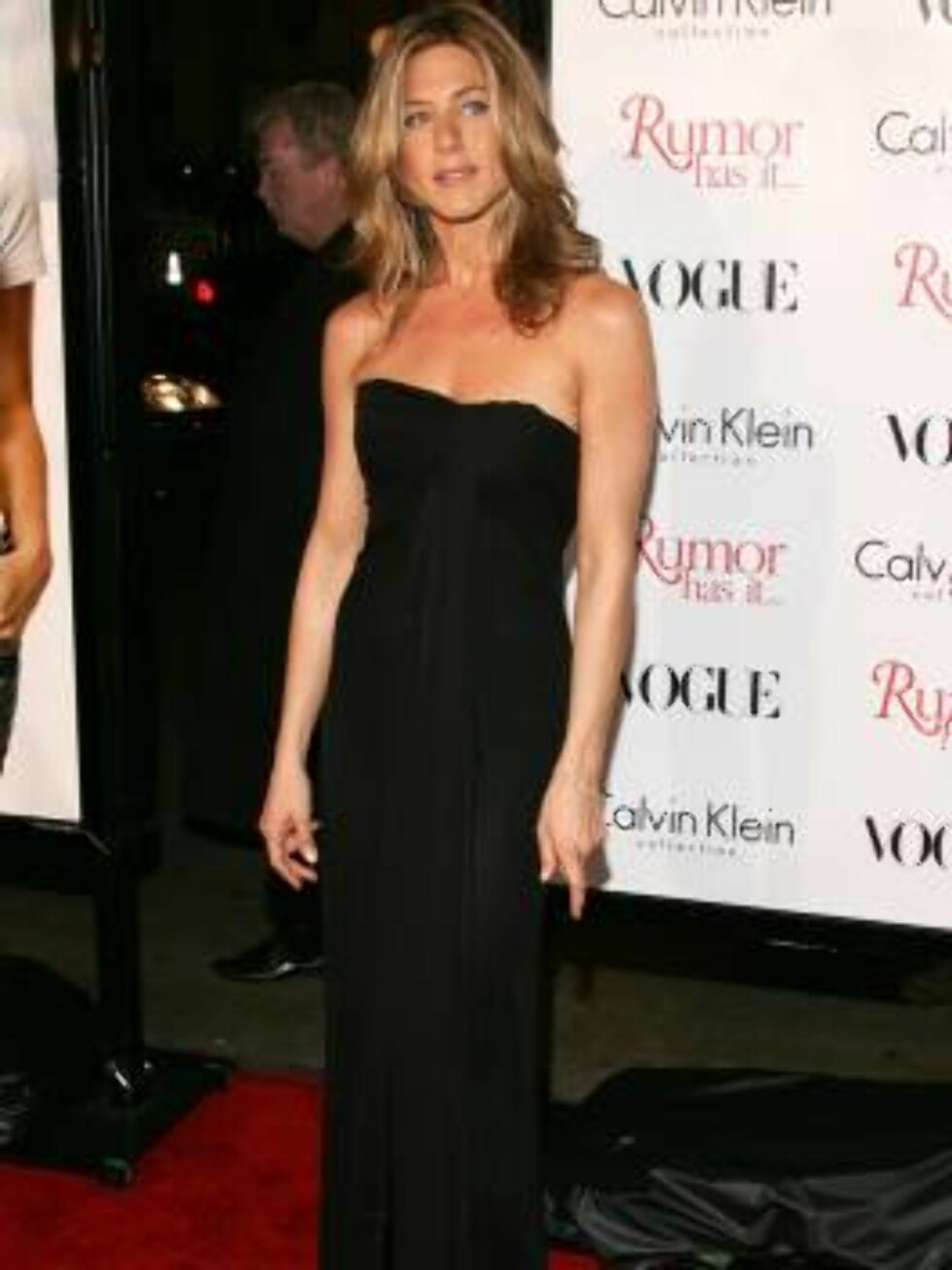 """HOLLYWOOD - DECEMBER 15:  Jennifer Aniston arrives at the premiere of """"Rumor Has It"""" at the Grauman's Chinese Theater on December 15, 2005 in Hollywood, California.  (Photo by Frazer Harrison/Getty Images) / ALL OVER PRESS56432967CA037_Premiere_of_W *** L Foto: All Over Press"""