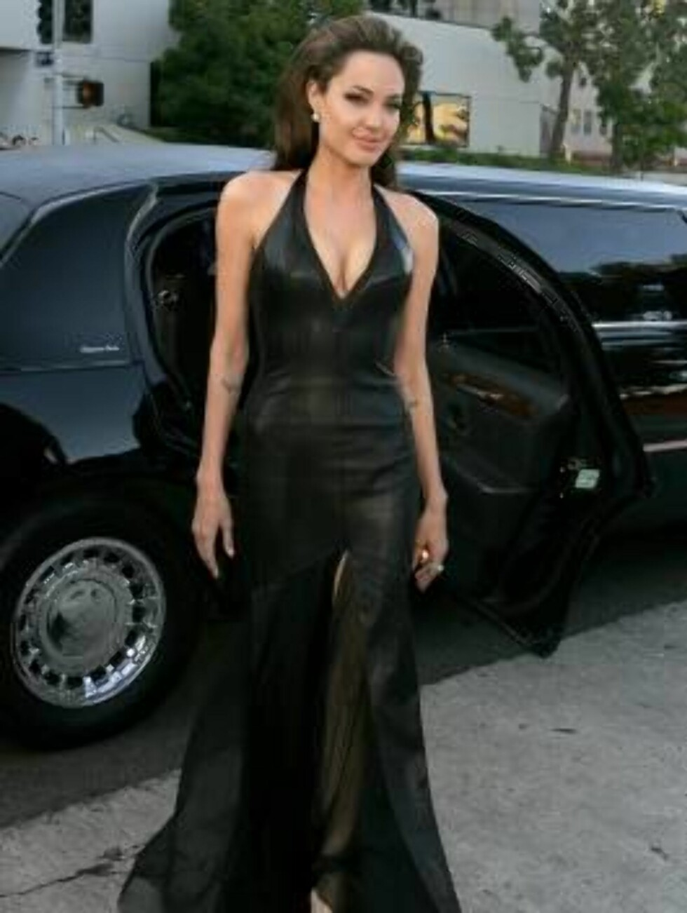 """WESTWOOD, CA - JUNE 07:  Actress Angelina Jolie arrives at the premiere of """"Mr. & Mrs. Smith"""" at the Mann Village Theater on June 7, 2005 in Westwood, California.  (Photo by Kevin Winter/Getty Images) / ALL OVER PRESS53026936KW096_20th_Century_ *** Local Foto: All Over Press"""