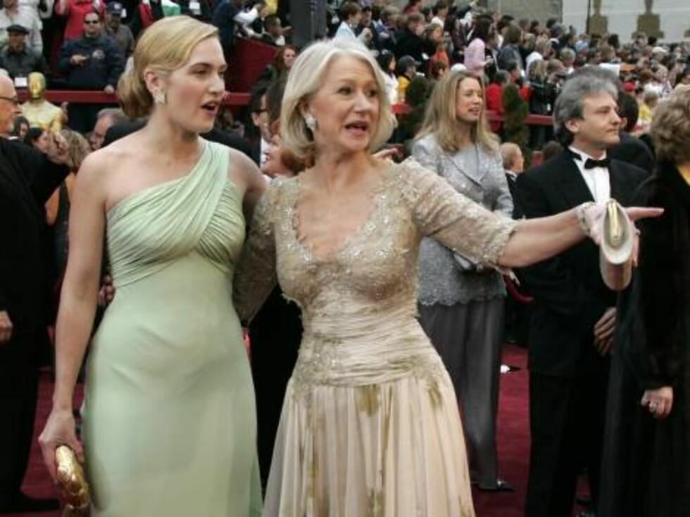 KJOLER: Kate Winslet og Helen Mirren poserer sammen på den røde løperen. Foto: AP/Scanpix