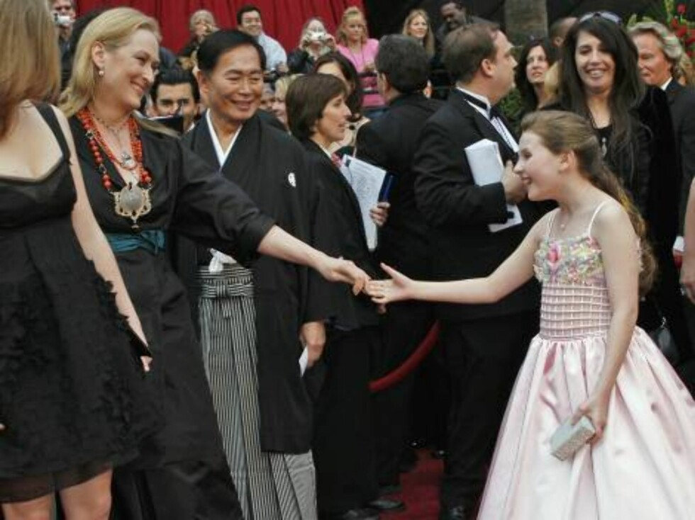 """Abigail Breslin, nominated for an Oscar for best actress in a supporting role for her work in """"Little Miss Sunshine,"""" right, greets Meryl Streep, nominated for an Oscar for best actress in a leading role for her work in """"The Devil Wears Prada,"""" as they ar Foto: AP/Scanpix"""